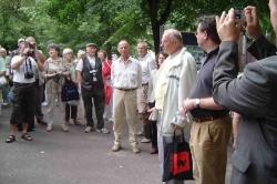 Herr Unger begrüßt Gäste am Berliner Bärenzwinger