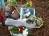 © Frau Stenwald, Knuts Denkmal mit Blumen geschmückt