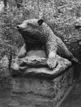 Berlin Tiergarten - Liegender Bär  - Skulptur von Rudolf Siemering Foto: Rose Greth  © ullstein-bild