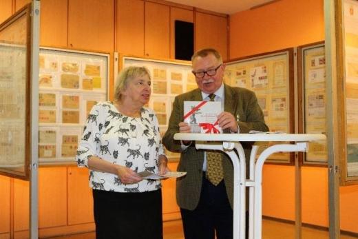 Herr Pütz 1. Vorsitzender BSV & Frau Junge Vorsitzende Berliner Bärenfreunde überreicht das Gastgeschenk Foto © Dr. Klaus-Dieter Schult