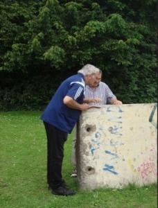 Berliner Mauerstück in Ahlen Dieter Massin und Günther Graumann bestaunen ein Stück der Berliner Mauer