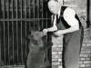 Bärenvater Porath mit einem junge Bären Foto © Privat
