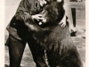 Der Staffelbär Purzel und sein Pfleger Bärenvater Porath haben sich beide sehr lieb - Postkarte