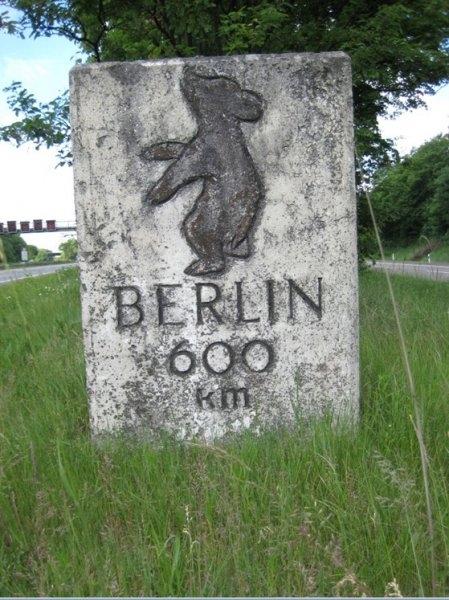 Bild 2 Berliner Meilenstein auf dem Grünstreifen im Dreieck Köln-Heumar (© Foto Michael Damm 2014)