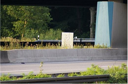 Bild 4 Später gesetzter Berliner Meilenstein am Kreuz Oberhausen bei Betriebs-km 473,0 (Quelle: www.eautobahn.de; © Foto Frank Buchhold)