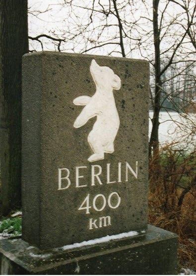 Bild 9 Original des Berliner Meilensteins bei Spexard seitlich der A 2 bei Betriebs-Kilometer 350,1. (Quelle: Bären für Berlin www.m1k.de; © Foto R. Below 1995)