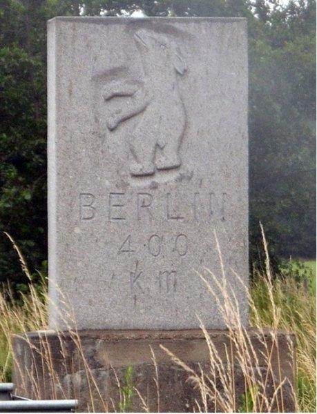 Bild 11 Das zweite Replikat des Berliner Meilensteins an der A 2 bei Gütersloh-Spexard von 2011 (Quelle: Bären für Berlin www.m1k.de; © Foto R. Below, 2015)