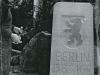 1962  Berliner Meilenstein in Detmold, letzte Arbeiten am Stein Foto: Familie Hübner privat