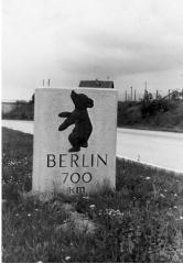Bild 1 Berliner Kilometerstein auf der A8, Fahrtrichtung Karlsruhe 1960 (Quelle und Fotograf unbekannt)