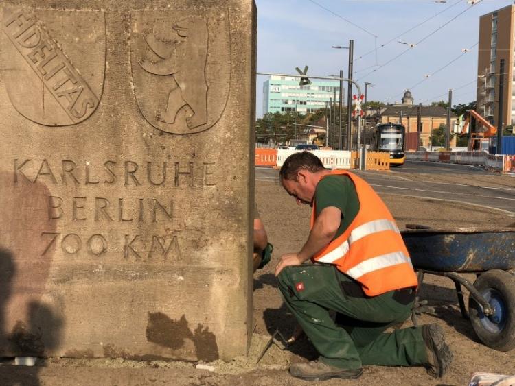 Der Berliner Meilenstein einst und jetzt: Bis 2011 stand der Stein an der Durlacher Allee, heute (28. August) wurde er wieder an seinen angestammten Platz gehoben. Foto © KASIG