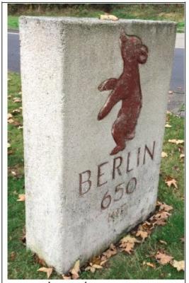 Erster Berliner Meilenstein von 1954, heutiger Standort Rasthof Epgert an der A 3 Richtung Köln Foto © Michael Damm 16.10.2016