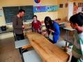 Bildhauerworkshop an der Hermann-Boddin-Grundschule. Hier haben Christoph Gramberg und  Schüler Bankplatten für einen kleinen Platz vor der Volkshochschule in der Boddinstraße gefertigt