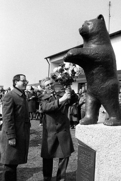 Blumen für den Bären: Oberbürgermeister Peter Schnell (links) und Ehrengäste bei der Enthüllung 1984. E.Arch - Foto © Wolf
