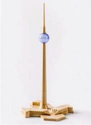 Schreibset »Fernseh- und UKW-Turm Berlin«, nach 1969. VEB Schreibgerätewerk Markant, Kunststoff, 25 × 11,2 × 13,5 cm. Mitte Museum Foto © Friedhelm Hoffmann