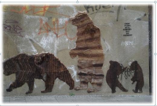 Street Art Bären aus Pelz an dem Brückenpfeiler am Bahnhof Jannowitzbrücke Foto © Christa Junge