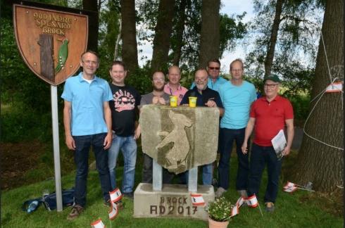 Die Aufstellung des Berliner Bären von Spexard unterstützten Michael Delker (von links), Oliver Zons, Marco Zons, Norbert Becker, Rolf Zons, Rainer Delker, Bernhard Becker und Michael Damm.