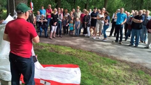 Michael Damm von der Initiative Denkmalschutz für Berliner Meilensteine erzählte den zahlreichen Zuhörern die Geschichte des Steins.
