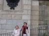 Frau Bänninger und Frau Junge vor einem der Bärenköpfe