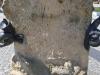 """Posthorn und Schnecke. Es sieht so aus, als ob beide Figuren gemeinsam nach oben krabbeln würden. Dieses Sinnbild für die Langsamkeit wird noch getoppt durch ein Detail innerhalb des Posthorns: Das Posthorn scheint mit Wasser gefüllt zu sein. Darin tauchen gerade zwei Füße ein. Kann bedeuten: Der Beamte ruft: """"Ich pfeif' auf die Arbeit! Ich vergnüge mich lieber beim sportlichen Baden!"""" Foto © Grell/ Bernau, Februar 2015"""